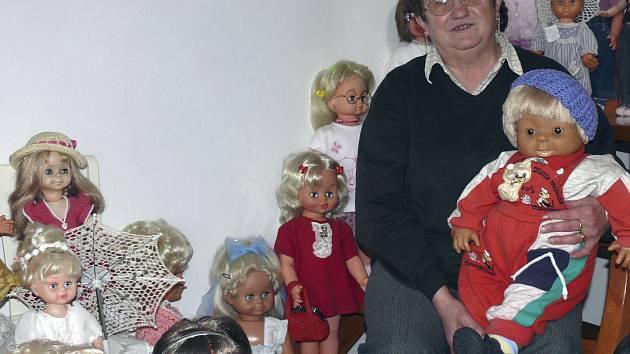 Zdeňka Žákovská je nadšenou sběratelkou panenek. Má jich přes padesát.