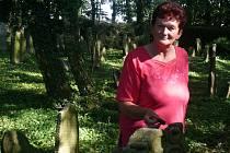 O zaznamenávání historie v Myslkovicích se stará kronikářka Marie Hodinářová. I ona podle staré tradice položila na židovský náhrobek místo květiny kamínek.