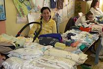 Na burzu dětského oblečení přišlo prodávat okolo šedesáti maminek
