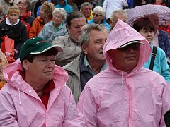 Pláťěnky a deštníky-nezbytná výbava posluchačů.