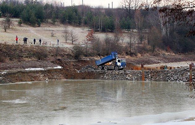 Stavbaři již dokončili opravu provizorní hráze