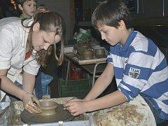 Jedna ze čtyř výtvarných dílen, kde si děti mohly vyrobit loutky.