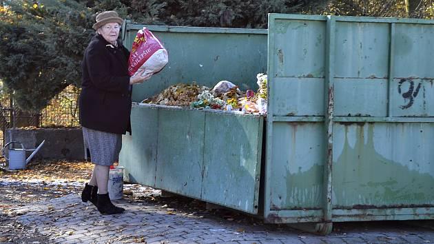 Veškerý odpad nosí majitelé hrobových míst na klokotském hřbitově do kontejneru, který stojí uprostřed něj (na snímku). Lidé, kteří ale mají svůj rodinný hrob od něj ve větší vzdálenosti, žádají město o další kontejner.