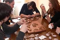 Studenti z Itálie, Rakouska a Polska si mohli na půdě táborské zemědělky vyzkoušet zdobení perníčků, malování kraslic či tvorbu suché vazby.