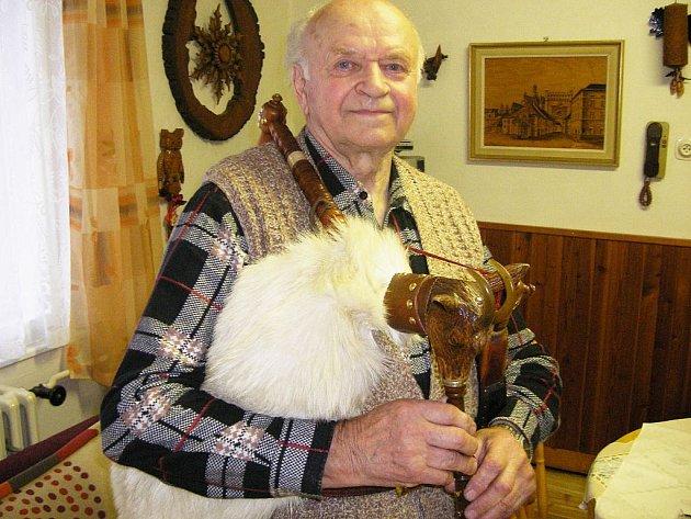 """""""Na dudy se nesmí nadávat, protože jsou božský nástroj,"""" připomíná Karel Kaštánek starou dudáckou moudrost."""