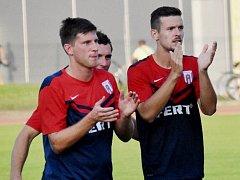 Robert Fischer a Filip Vaněk (zleva) si mohli po zápase zaslouženě zatleskat. Právě oni totiž zařídili na západě Čech dva góly vítězné soběslavské družiny.