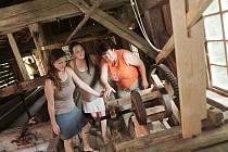 JAK SE ŘEŽE, ukazuje Lucii Kroupové a Barboře Ondrákové průvodkyně Hana Langová, která poblíž pily i žije.