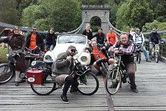 Milovníci motokol s benzínovým pohonem zavítali i na Stádlecký most, v sobotu zamíří na Šelmberk.