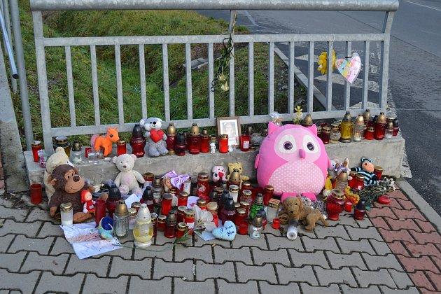 Kamarádi zemřelé Elišky na místo nehody v Hlinici stále nosí svíčky, plyšové hračky i obrázky.
