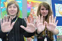 Bezmála 170 obrázků znázorňujících mír vzniklo společnýma rukama českých a italských dětí. Na snímku je Martin Perný a Ilona Sedláčková z vítězné desítky.