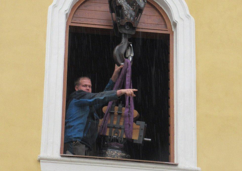 V pondělí 28. září byl po půl 12 dopoledne na věž kostela sv. Václava v Plané nad Lužnicí jeřábem vyzdvižen a zavěšen stejnojmenný zvon z dílny myslkovického mistra zvonaře Michala Votruby. Týž den odpoledne začal plnit svůj účel.