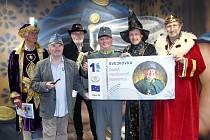 Bankovka se Švejkem, největší na světě, kterou vydala Česká pohádková akademie.