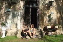 Turistky před zámkem v Elbančicích.