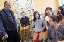 Ladislav Křivánek z Malšic vyprávěl žákům osmých a devátých tříd z malšické základní školy, jaké strasti potkaly jeho rodinu v padesátých letech.