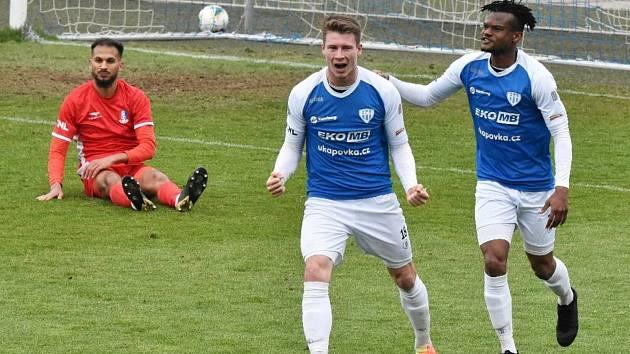 David Čapek se raduje z nakonec vítězného gólu střetnutí proti Blansku, prvním gratulantem je Emmanuel Tolno.