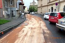 Souvislá ropná skvrna vedoucí z náměstí Františka Křižíka až do Lužnické ulice v Táboře zaměstnala strážníky i hasiče.