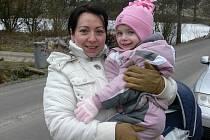 Maminka Ilona Macháčková s dcerou Anetkou a v kočárku ještě spí nejmaldší z rodu Macháčků, toho času čtvrtý Jiřík.  Na vesnici žije ráda, ale občas je naopak šťastná, když se může vydat do města. A Anetku to čeká také, až půjde do školy.