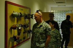 Vojáci při prohlídce munice