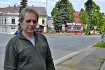 Václav Novotný před prostorem zastávek autobusů na Husově náměstí ve Vožici.