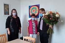 Ředitel diecézní Charity Jiří Kohout společně s vedoucí služeb Střediska DCHCB Petrou Brychtovou předali kytici s 15 růžemi pracovnici Janě Komardinové (uprostřed).