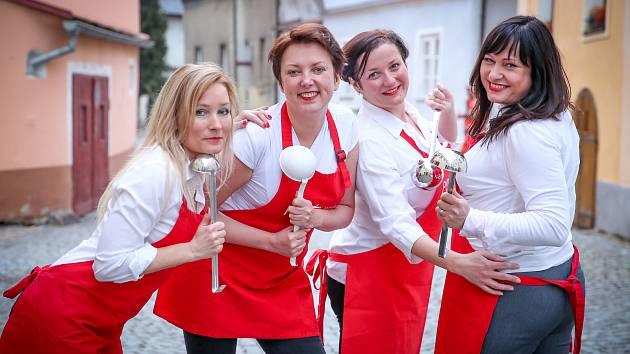 Čtyři kamarádky každoročně vaří polévku, jejíž hlavní ingrediencí je odhodlání pomáhat.