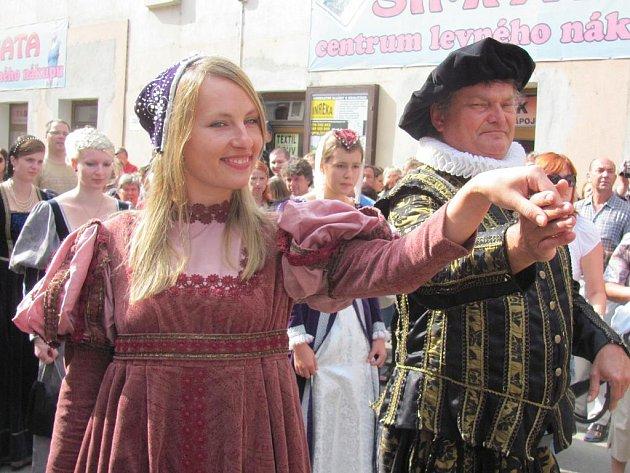 Petr Vok přizval do průvodu Zuzanu Vojířovou.