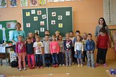Žáci 1. A ze Základní školy Mladá Vožice s třídní učitelkou Vlastou Kauerovou a asistentkou Anežkou Kubů.