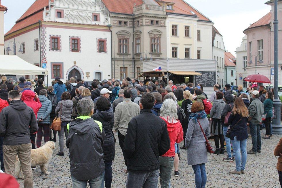 Do celostátních protestů proti premiéru Andreji Babišovi a ministryni spravedlnosti Marii Benešové se v úterý v podvečer zapojil také Tábor.
