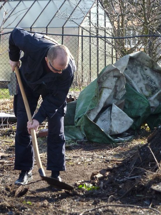 Policisté hledají další kosterní ostatky.