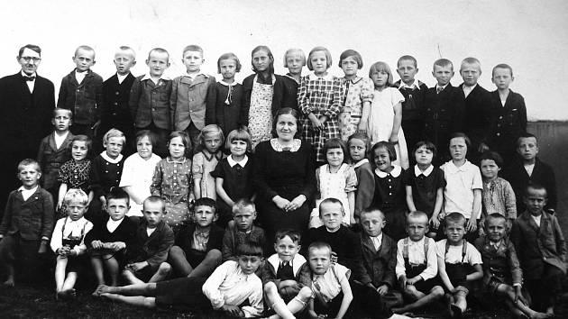 VE ŠKOLE ZA VÁLKY. Čtvrtý zleva (od učitele) v horní řadě je zachycený jako  desetiletý Václav Míka v roce 1940, když navštěvoval chabrovickou základní školu. Učitelka uprostřed Helena Hajdrová má po své pravé ruce osmiletou Miluši Míkovou.
