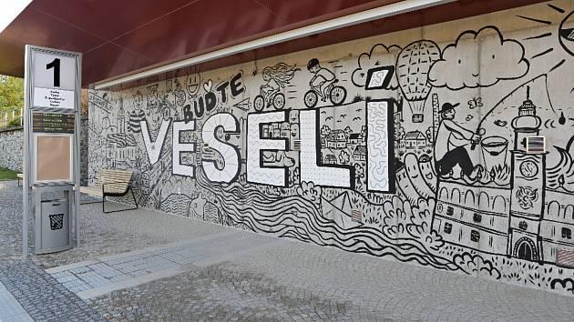 Vzhled přestupního terminálu ozvláštnil umělec Daniel Kyncl. Na zdi vytvořil dílo se symboly města a dominantním textem Buďte Veselí.