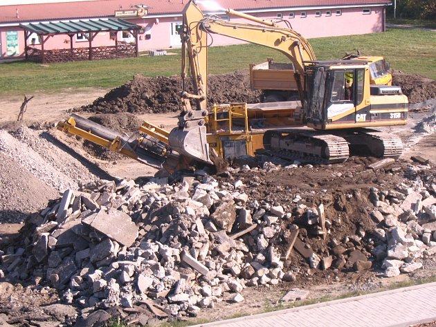 SKLÁDKA PŘED TÝDNEM. Místo slouží jako mezideponie. Dělníci odtud nadrcené kamení vozí na soukromý pozemek za Táborem. Prostor by měl být vyčištěný na konci listopadu.