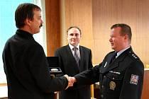 Policejní prezident Petr Lessy ocenil práci táborských policistů. Udělil jim deset plaket a medailí. Medaile předal krajský šéf Radomír Heřman (vlevo). Na snímku je s vedoucím táborského územního odboru Jiřím Štecherem (vpravo).