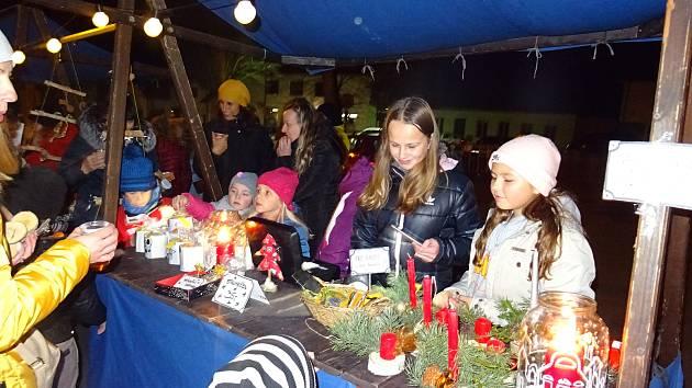 Ve středu 27. listopadu se prostor před chýnovskou školou proměnil ve vánoční tržnici.