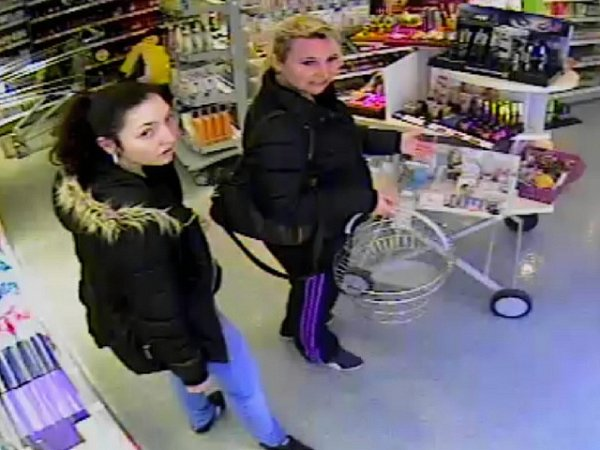 DVOJICE. Policisté pátrají po totožnosti těchto žen, které byly vobchodě ve stejnou dobu jako ženy, které braly kosmetiku.