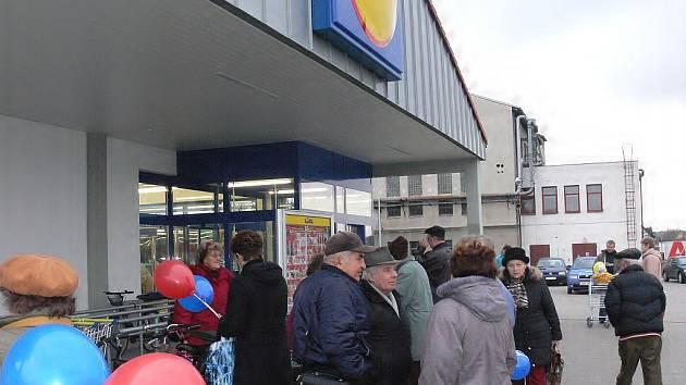 Návštěvníci včera otevřené prodejny Lidl v Soběslavi se  jen hrnuli a obhlíželi dosud neokoukaný sortiment nejen potravinářského zboží.