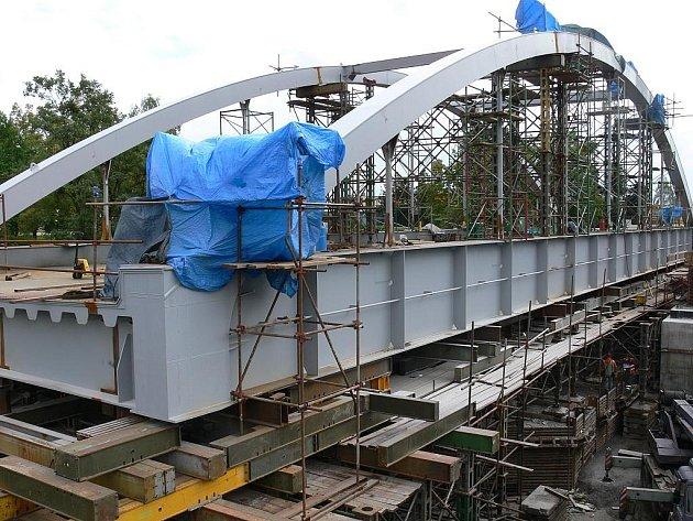 Přesun táborského železničního mostu uzavře na čas silnici i železniční trať.