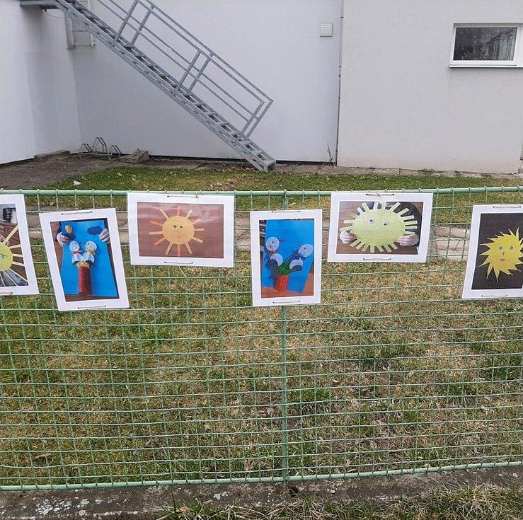 Výstava žáků MŠ Malšice s výrobky z distanční výuky.