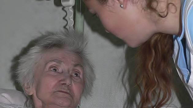 POMOC BLIŽNÍMU.  Zdeňka Havlíčková si  svoji dobrovolnici Marcelu Mátlovou (obě na snímku) moc chválí.