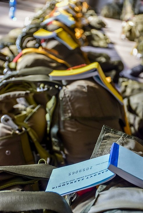 Táborští vojáci trénovali seskoky z letadla.