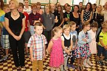 Desítky rodičů a žáků 2. stupně malé prvňáky přivítalo potleskem, vedení školy a obce všem popřálo krásný a úspěšný školní rok a deváťáci pak připnuli novým školákům placku, na které si každý přečetl, že už jsou školáci.