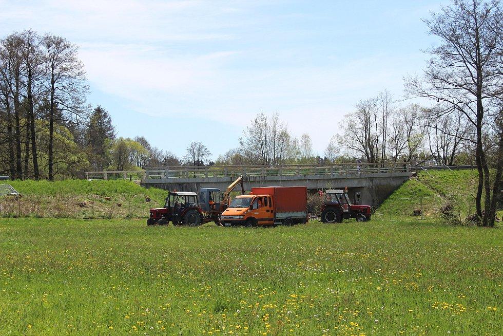 Ve Vřescích postaví most za 17 milionů. Úpravy okolního prostoru a bourací práce na původním mostě už začaly.