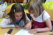 Chotovinští školáci přebírají vysvědčení v nové přístavbě školy, kterou obec rozšířila v roce 2003. Po deseti letech přišla na řadu i sousední budova mateřské školy.