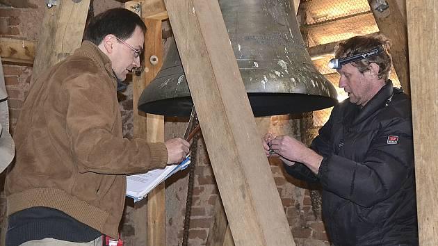 Kampanolog Radek Lunga (vlevo) a redaktor ČRo ČB Jan Kopřiva společně zadokumentovali již kolem osmi set zvonů v Jihočeském kraji. Jejich zvuk je vysílán každý den v poledne. Včera byli v Dírné.