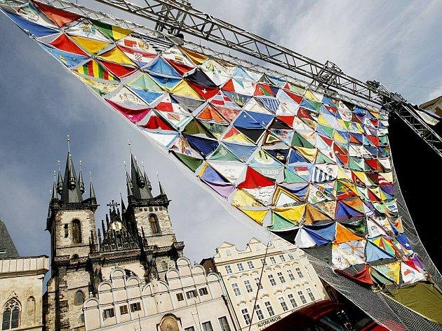 Skauti ze stovek českých oddílů reprezentovali země, ve kterých skauting existuje a z vyrobených šátků, které s sebou přivezli, vytvořili největší skautský šátek na světě.