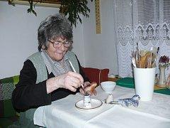 PŘI PRÁCI. Anna Bosáková při malování ptáčků, které vyráběla pro děti  opařanské léčebny. Ta je dnes nemocnicí. Jejich prodejem na výstavách si zařízení přivydělávalo.