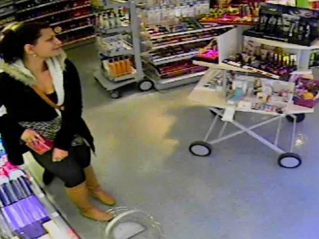 POLICISTÉ pátrají po této ženě. je podezřelá z krádeže kosmetiky.