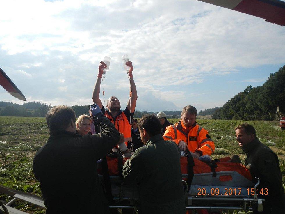 V Řemíčově na Táborsku se při vyproštění jiného traktoru převrátil traktor a pod ním zůstal zaklíněný řidič.