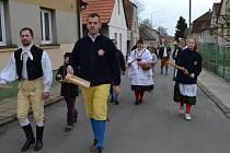 Po tři dny budou znít Soběslaví řehtačky. Do ulic s nimi vyrazí Soběslavská chasa mladá. Ve čtvrtek vyšli poprvé.