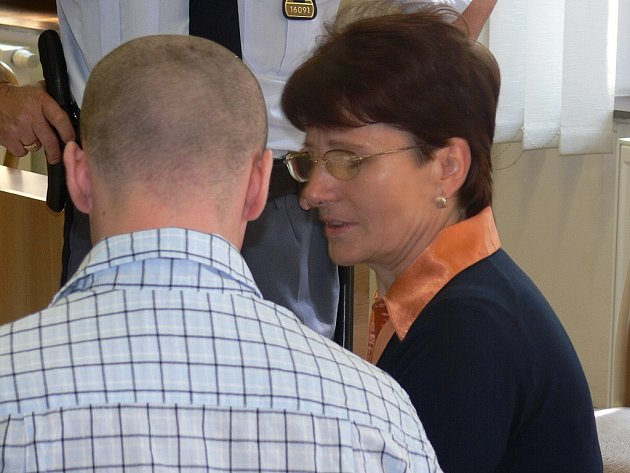 U SOUDU. Matka obviněného Filipa Matouška Jaroslava Matoušková (vpravo) se včera vzdala práva nevypovídat proti osobě blízké. Krátkou dobu mohla se synem i hovořit.